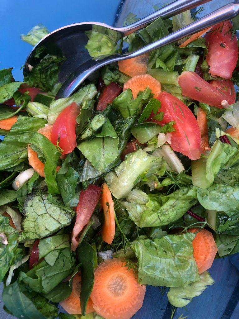 Dagens sallad - alla dagar. Med rivern fetaost, olivolja och pressad citron.